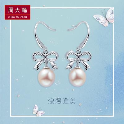 周大福 AQ326089 蝴蝶结珍珠耳环 273元包邮(需用券)